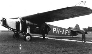 This flight over Holland begins at april 4 1927 at Schiphol Airport. We see a Fokker F.VII landing and after that we fly with this machine over the Dutch landscape, tulipfields and cities
