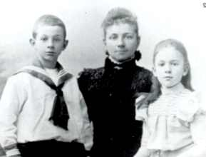 Tonnie, his mother and sister, 1901