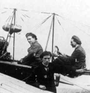 Fokker (right) with Fritz Cremer in the front seat, Th. Reinhold standing in front of Spider nr.3