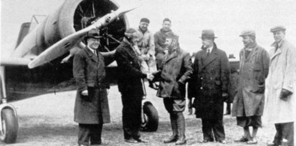 Dr. Schatzki (left) with Meinecke (next to him) in front of the prototype of the D.21