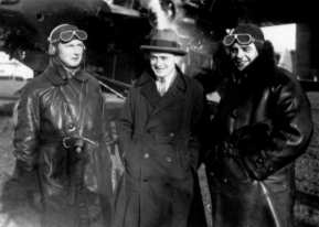 In december 1928 a special flight was organised to deliver Christmasmail to the Indies. Captain Frijs, flightengineer C.A. Bruynstein and copilot Jan Duimelaar at Schiphol just before departure