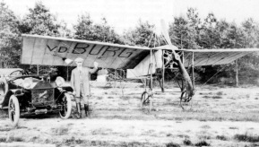 Heinrich van der Burg, posing proudly for his selfbuild aircraft which is very simular to an aircraft of Bleriot. Van den Berg was the first Dutchman who built an aircraft that actually flew