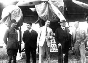At september 13 1928, the first KNILM machine departed from Schiphol. Captain Kengen, H.M. van Herk and most right Koppen. In the middle to members of the Committee Dutch Indies flyroutes