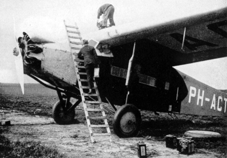 Schiphol 1925, refuelling by hand